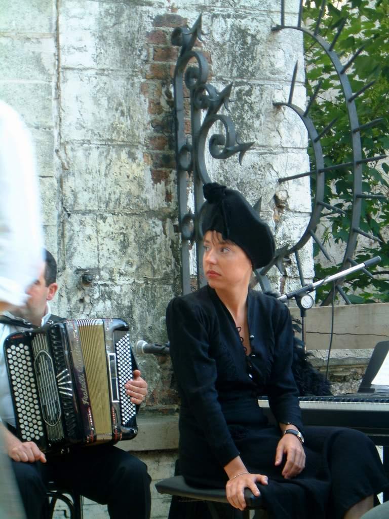 acteur Montmartre en chantant