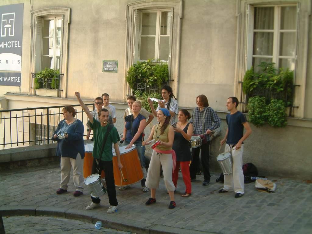 groupe de musiciens sur la Place Emile Goudeau