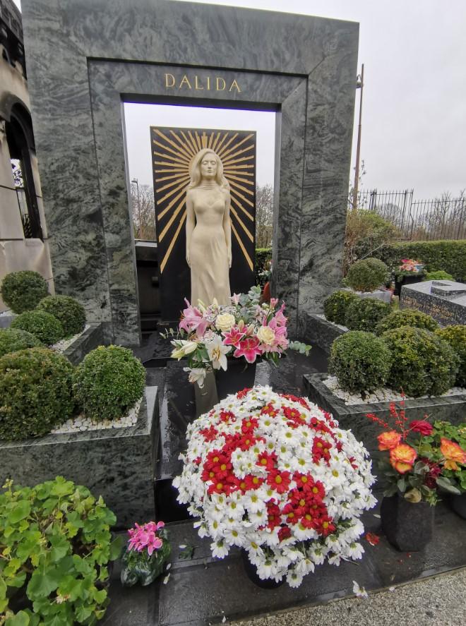 Dalida entourée de fleurs au cimetière de Montmartre